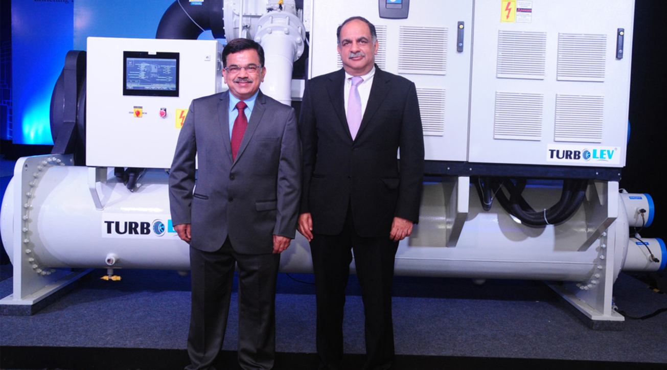 Mr. Avinash Manjul, MD, Kirloskar Chillers & Mr. Rahul Kirloskar, Vice Chairman of the Kirloskar Group with India's first Oil Free Centrifugal Compressor